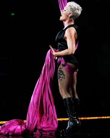 A cantora Pink escolheu a coxa para fazer uma grande tatuagem Foto: Getty Images