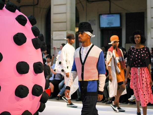 O estilista dinamarquês Henrik Vibskov fechou o segundo dia da Semana de Moda Masculina de Paris colocando uma grande língua inflada sobre a passarela Foto: Daniela Fetzner