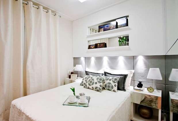 As luzes embutidas na parede substituem os abajures para leitura.  Foto: André Godoy/ Cavalcante Ferraz Arquitetura e Design