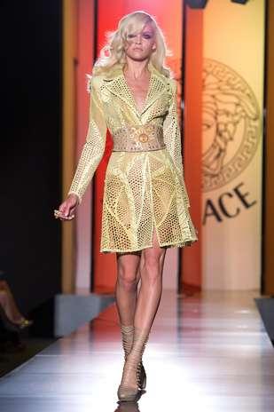 Donatella Versace repetiu a dose de looks bem acinturados, decotados, recortados, com fendas e transparências Foto: Getty Images
