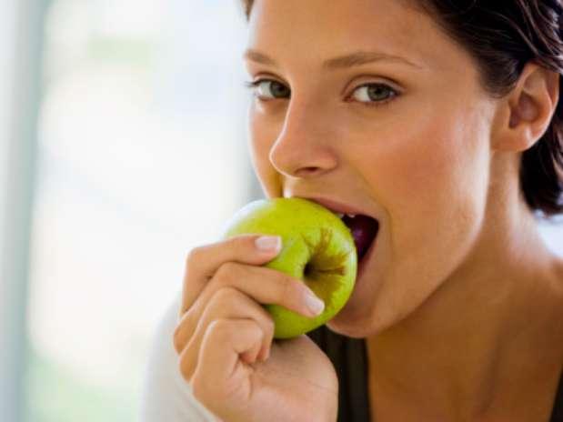 Comer moderamente não só ajuda a manter o corpo em forma, como também prolonga a vida, de acordo com nova pesquisa Foto: Getty Images