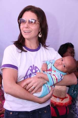 Giovana Antonelli posa com o recém-nascido Bruno Costa durante a ação Foto: Roberto Filho/AgNews