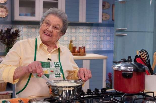 Depois, já na cozinha, a culinarista prepara suas delícias e conta com a parceria de Guinho, que a ajuda a passar a receita e nos momentos em que as palavras fogem Foto: Divulgação
