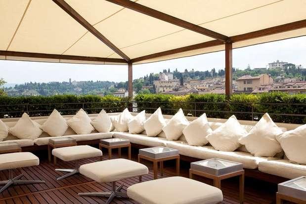 O hotel Continentale, em Florence, na Itália, oferece uma bela vista do rio Arno e da Ponte Vecchio. A sugestão é se acomodar entre as almofadas brancas, pedir um prosseco e aproveitar o ambiente ao ar livre Foto: Divulgação