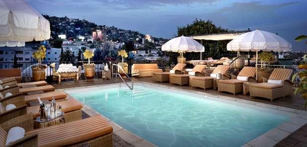 Em Los Angeles, o Petit Ermitage possui um dos terraços mais lindos do mundo. O espaço conta com piscina de água salgada, cabanas, jardins privados e um belíssimo oásis. Peça um dos drinques mais famosos da casa, chamado O Apanhador no Campo de Centeio e curta a vista Foto: Divulgação