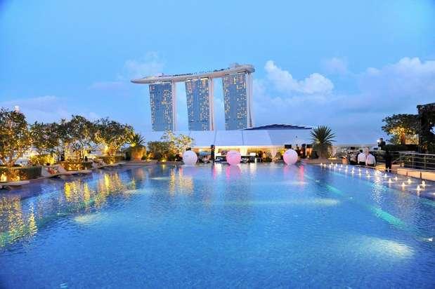 À noite, o deck do Fullerton Bay Hotel, em Singapura, se transforma no Lanterna Bar. Os coquetéis de fruta fresca renovam clássicos como o mojito Foto: Divulgação
