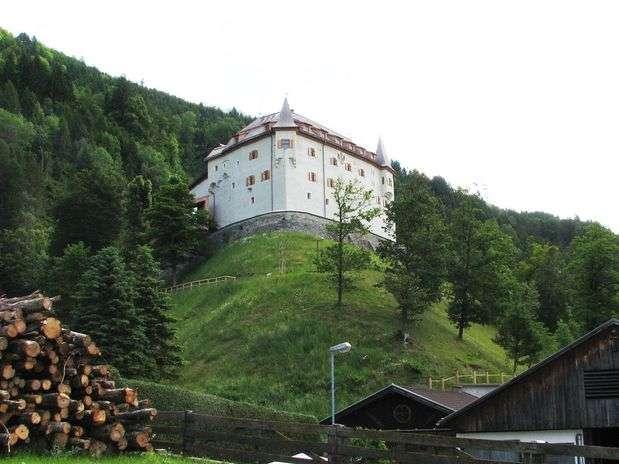 As roupas de baixo estavam entre quase três mil fragmentos de peças e escombros encontrados no castelo de Lengberg durante recentes reformas