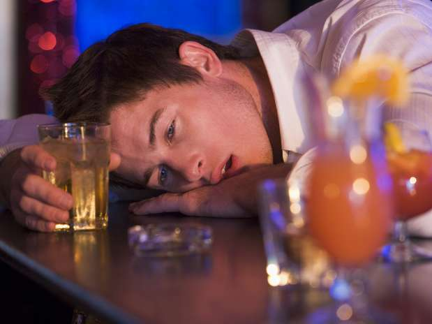 A única forma de não ter ressaca é não beber demais, mas quem exagerou pode usar medidas simples para diminuir o desconforto Foto: Getty Images