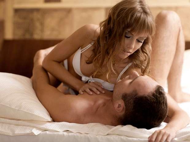 Faça com que ele respire profundamente: exercício de respiração lenta e profunda por cinco minutos antes de começar o sexo ajuda o parceiro a relaxar e a diminuir sua excitação, o que prolonga o ato. Durante as preliminares, se encarem e compartilhem a respiração: quando ele inspira, você expira Foto: Getty Images