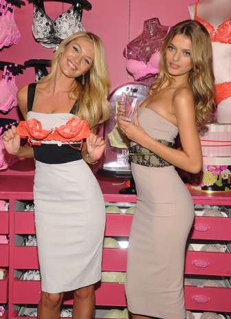 Candice Swanepoel posa com sutiã e Bredje Heinen segura frasco de novo perfume da Victoria's Secret Foto: Getty Images
