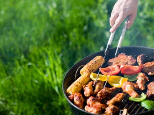 Controlar o consumo de bebidas, optar por carnes magras e apostar em vegetais na grela são algumas das dicas do site Foto: Getty Images