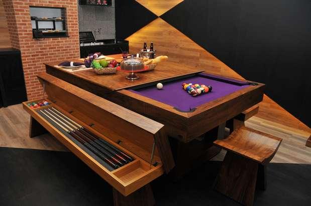 A mesa de bilhar modelo Shangai é da Elite Game Room, pode vir com tampo que esconde as bolinhas ou sem tampo. Os bancos servem para guardar os tacos. Preço: Tamanho semioficial (2,3 x 1,3, área interna 2x1m),R$ 9,5 mil (somente a mesa); R$ 10,5 (mesa, tampo e suporte); R$ 14,5 mil (mesa, tampo, suporte e bancos). Bolas, tacos e giz incluídos. Tel.: (11) 3294-0837; (11) 4195-6858; e (13) 3392-3225 Foto: Divulgação