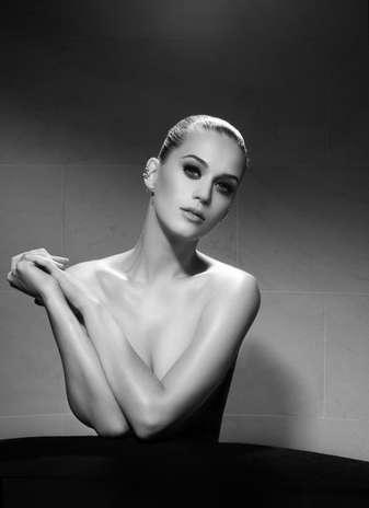 A cantora Katy Perry tirou a roupa para ser clicada para a nova campanha do famoso maquiador Jake Bailey Foto: Divulgação