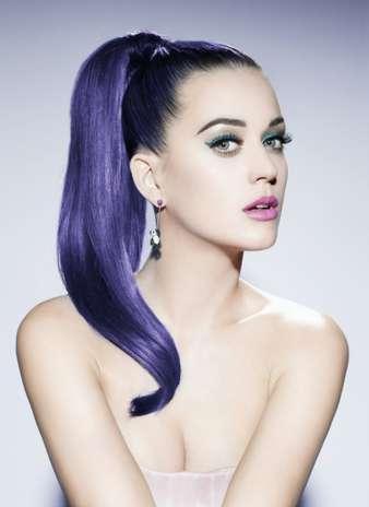 Nas imagens, Katy aparece de topless cobrindo os seios apenas com os braços Foto: Divulgação