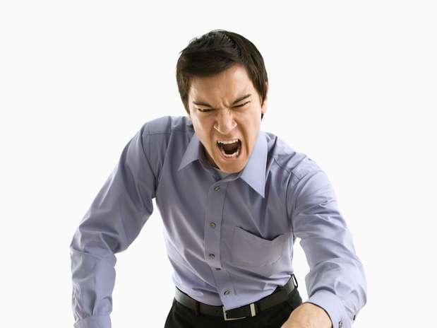 """Inflamações no fígado: desde a medicina antiga, o fígado foi relacionado às emoções e ao excesso de raiva. Doenças que afetam o órgão, como a cirrose e a hepatite, podem se agravar e desencadear um distúrbio chamado encefalopatia hepática. Esta condição pode gerar distúrbios de personalidade, incluindo comportamento rude e agressividade. """"Quando o fígado funciona bem, ele trata as substâncias tóxicas do corpo, aproveitando ou eliminando estes elementos. Mas quando ele está debilitado, estas substâncias entram na corrente sanguínea e podem afetar o cérebro"""", explicou a Dra. Sotkes-Lampard. Foto: Getty Images"""