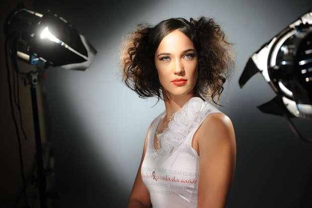 O hairstylist responsável pelo look de Adriana Birolli inovou no penteado da atriz  Foto: Divulgação