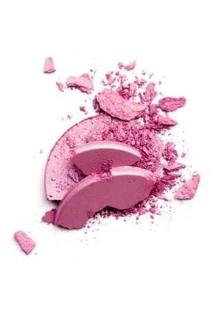 4. Blush: o blush é fundamental para uma maquiagem natural e com cara de saudável. O produto tem o papel de devolver o rubor da pele, que é neutralizado pela base, explica Fabiana. E o segredo é acertar na dose. Escolha um tom entre o rosa e o laranja, que resultam em um efeito mais natural. Para um acabamento digno de profissional, aposte no pincel próprio para o produto, sugere Vanessa Foto: Getty Images