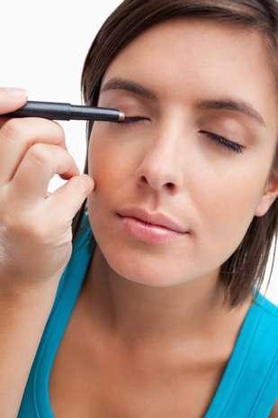6. Lápis preto ou marrom macio: o lápis de olho pode - e deve - ir muito além do básico traço na linha dos cílios. Compre um que tenha a esponjinha na outra extremidade, assim você pode fazer um olho esfumado, marcante e suave, fala Vanessa Foto: Getty Images