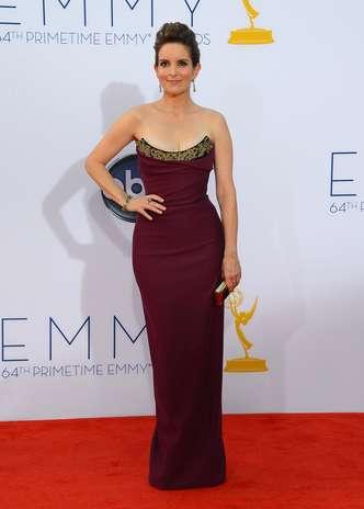 Como de costume, Tina Fey escolheu um modelo tomara-que-caia para desfilar no tapete vermelho do Emmy Awards. No entanto, desta vez, o eleito foi o Vivienne Westwood, que ressaltou como nunca as curvas sequinhas da atriz Foto: Getty Images