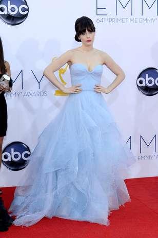 Zooey Deschanel criou um visual bastante delicado para prestigiar a 64ª edição do Emmy Awards. No entanto, o vestido da grife Reem Acra, com saia volumosa e em camadas, não valorizou o tom de pele da atriz Foto: Getty Images