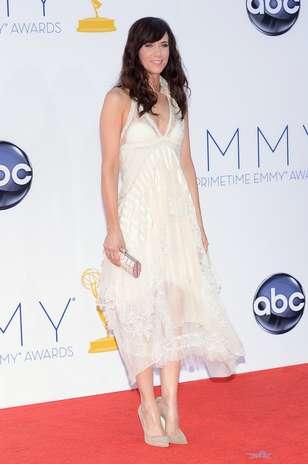 Kristen Wiig escolheu um Balenciaga nude com pontas desconectadas para ir ao Emmy Awards. O modelo eleito pela atriz chamou a atenção pelo comprimento, pouco visto nos tapetes vermelhos Foto: Getty Images