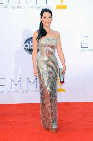 Lucy Liu escolheu um Atelier Versace trabalhado no brilho e com um ar futurista. O modelo reto, mas com cintura marcada, evidenciou o corpo em forma da atriz Foto: Getty Images
