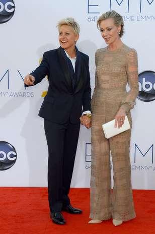 Ellen DeGeneres apostou em um conjunto de calça e paletó com lapela acetinada assinada por valentino. Ela chegou acompanhada de Portia de Rossi, que dividiu opiniões em seu macacão nude Foto: Getty Images