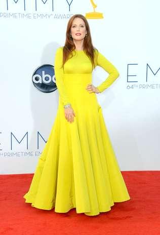 Em contraste com o tapete vermelho do Emmy Awards, Julianne Moore surgiu em um vestido amarelo vibrante, que valorizou seu tom de pele e os fios ruivos. O modelo Christian Dior Couture contava com mangas longas e saia bastante rodada Foto: Getty Images