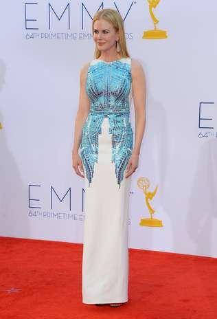 Nicole Kidman apostou mais uma vez no branco e pisou no tapete vermelho do Emmy 2012 em um modelo Antonio Berardi. O modelito escolhido pela atriz era ornamentado com aplicações em prata e azul Foto: Getty Images