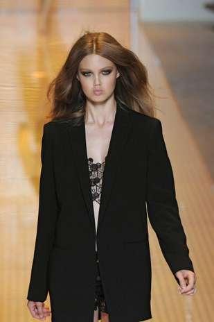 Olhos bem marcados e esfumados criam o visual sexy do desfile da grife Versace, na semana de moda de Milão Foto: Getty Images