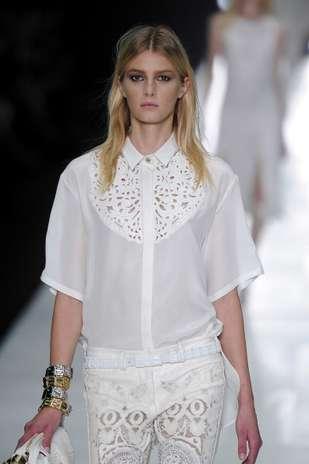 No desfile do estilista Roberto Cavalli, as modelos aparecem com olhos delineados e sombra em tom terroso Foto: Getty Images