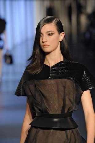 O efeito de olhos puxados é destaque entre os looks de beleza das temporadas de moda internacionais, como no desfile da marca Thierry Mugler Foto: Getty Images