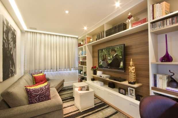 Este projeto do designer de interiores Gerson Dutra de Sá trocou a mesinha de centro por dois puffs, que podem servir de assento para as visitas. Informações: (11) 5044-2830 Foto: GDS Arquitetura e Interiores
