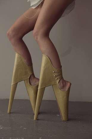 Existem muitas coisas que uma mulher não pode fazer em cima de um salto alto, no entanto, ela supera obstáculos, se equilibra em plataformas altíssimas e ignora dores nos pés e panturrilhas para ficar mais bonita. Mas, um novo projeto de sapato impede até mesmo uma modelo experiente de andar corretamente sobre eles, informou o site The Huffington Post Foto: Lyall Coburn / Divulgação