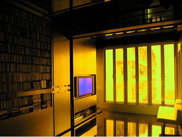 O apartamento de 32m2 do arquiteto chinês Gary Chang, do escritório EDGE Design Institute Ltd., assume 24 configurações diferentes. A 'mágica' está em partes que se movem, como nesse caso... Foto: Divulgação: EDGE Design Institute Ltd.