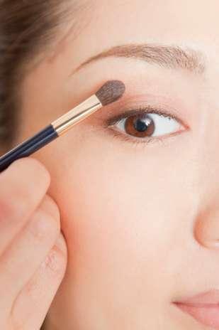 1. Você precisa usar primer: os primers, que já existem em versões para rosto ou olhos, prometem minimizar poros e linhas de expressão, além de fixar a maquiagem por mais tempo. No entanto, o uso do produto não é uma regra. Se você acha que o primer não cumpre o que promete, pule esse passo Foto: Getty Images