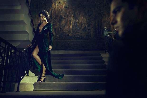 Usando um longo vestido com fenda frontal e decote profundo, Isabeli Fontana desce uma escadaria em um editoral glamouroso feito para a revista britânica 'Shön', que chega às bancas nesta segunda-feira (15) Foto: Gustavo Zylbersztajn  / Divulgação