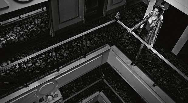 O editorial foi inspirado no clima de cinema Noir e executado pelas lentes do fotógrafo Gustavo Zylbersztajn. As fotos foram feitas nas suítes e áreas comuns do LHotel Porto Bay São Paulo Foto: Gustavo Zylbersztajn  / Divulgação