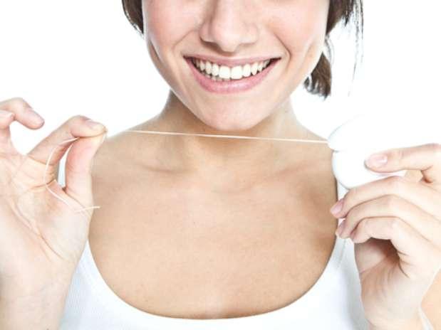 Saiba se o fio dental deve ser passado antes ou depois da escovação