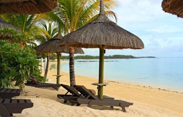 Ilhas Maurício. Se o casamento dos seus sonhos tem areia branca, mar de águas límpidas, corais e resorts luxuosos, as Ilhas Maurício são o destino perfeito. Com um destino desses, os noivos já podem estender a lua de mel e curtir as núpcias em praias paradisíacas. A cerimônia pode ser feita em um dos vários hotéis de luxo, em bangalôs decorados especialmente para a ocasião. Os estrangeiros terão dificuldade para se casar no civil e no religioso. Então, a opção é um culto simbólico. Uma cerimônia e uma recepção simples, para cerca de 30 pessoas, custariam a partir de 35 mil dólares, o que corresponde a R$ 70 mil, dependendo, lógico, das exigências do casal Foto: Getty Images