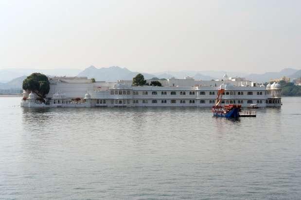 Índia. Um dos cenários mais luxuosos para um casamento no exterior é o Hotel Palácio do Lago, ou Jag Niwas, no Lago Pichola, em Udaipur, na Índia. Um imponente castelo de mármore que parece flutuar sobre as águas e encanta noivos e convidados. Mas, os pombinhos que quiserem realizar esse sonho, terão que gastar uma boa quantia. É possível dar as boas-vindas aos convidados com elefantes e finalizar o evento com fogos de artifício. Os preços dependerão das escolhas dos noivos e uma cerimônia para cerca de 50 pessoas pode chegar a custar US$ 200 mil, quase meio milhão de reais Foto: Getty Images