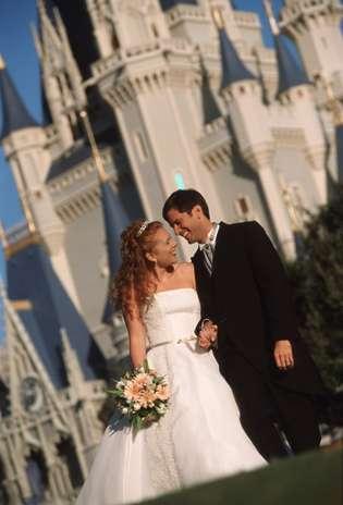 Walt Disney. Imagine chegar a seu casamento em uma carruagem como a de Cinderela, ter um castelo de princesa ao fundo e, ainda, contar com Mickey e Minnie como padrinhos. Para realizar o sonho de quase 20 mil casais, foi criado o programa Disney Weddings, para que noivos possam ter um casamento digno de conto de fadas. Os requintes e mimos da cerimônia e recepção dependem da criatividade e também do bolso do casal. No mundo mágico, há dois tipos de cerimônias: íntimas, para no máximo oito convidados, ou uma recepção para muitas pessoas. A outra opção, com recepção para convidados, tem mais exigências. Um programa para cem convidados começa em US$ 30 mil. Além disso, acrescente hospedagem e passagens Foto: Divulgação