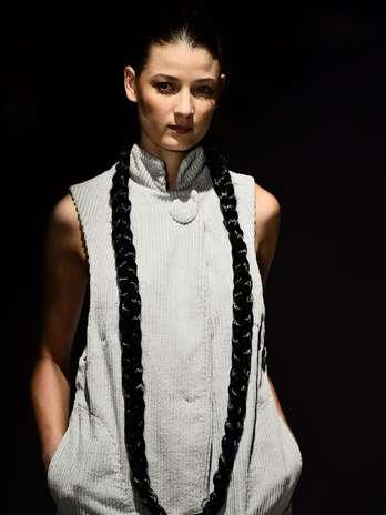 As modelos apareceram na passarela com longas tranças e acessórios nos cabelos Foto: Fernando Borges / Terra
