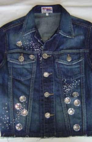 Jaquetas são customizadas pelo projeto Recicla Jeans e ganham novo visual Foto: Divulgação