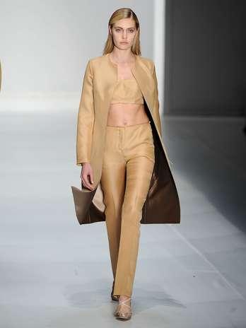 A barriga ficou de fora com a combinação de bustie com saias ou calças de cintura alta Foto: Bruno Santos/Terra
