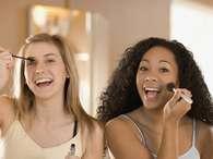 Pesquisa diz que as mulheres trocam 10 mensagens de texto, três e-mails, cinco ligações, oito recados via Facebook e três tweets entre o grupo de amigas antes de saírem para uma festaFoto: Getty Images