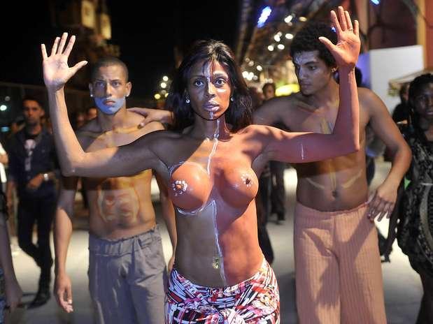 Uma manifestação chamou a atenção no Píer Mauá no início da noite desta quarta-feira (7), no primeiro dia do Fashion Rio Foto: Daniel Ramalho / Terra