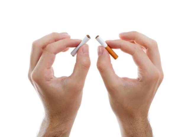 Segundo o Inca, Instituto do Câncer, o fumo é um dos mais potentes agentes cancerígenos conhecidos. Na fumaça podem ser identificadas cerca de 4.700 substâncias tóxicas, das quais, pelo menos, 40 são cancerígenas. E o perigo também está presente para o fumante passivo, pessoa que convive com quem fuma. Isso porque a fumaça tragada passa por um filtro que elimina parte do problema. O fumante passivo respira três vezes mais monóxido de carbono do que o fumante inala. Foto: Shutterstock