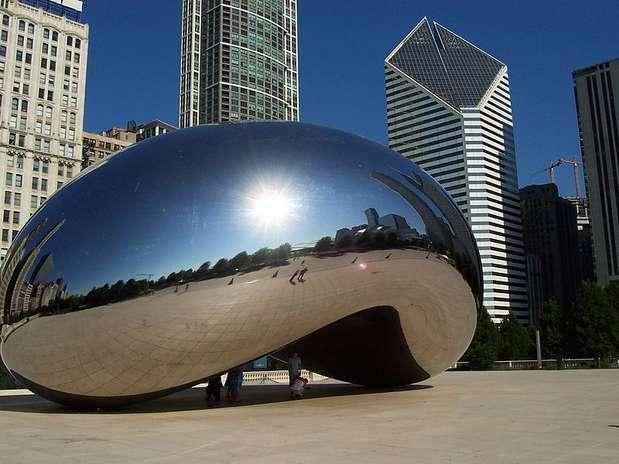 Millennium Park  (EUA): este parque de Chicago é uma espécie de jardim zoológico cultural, um espaço de lazer urbano com esculturas, música, dança, desenhos e outras artes. A peça central é Anish Kapoor Cloud Gate, conhecida como o feijão de geleia. A paisagem urbana de Chicagoé refletida e distorcida em sua superfície polida como se estivesse em uma sala de espelhos. Em outra parte do parque, dois blocos com fachadas de vidro, são telas de cinema que exibem as características de pessoas de Chicago Foto: Divulgação