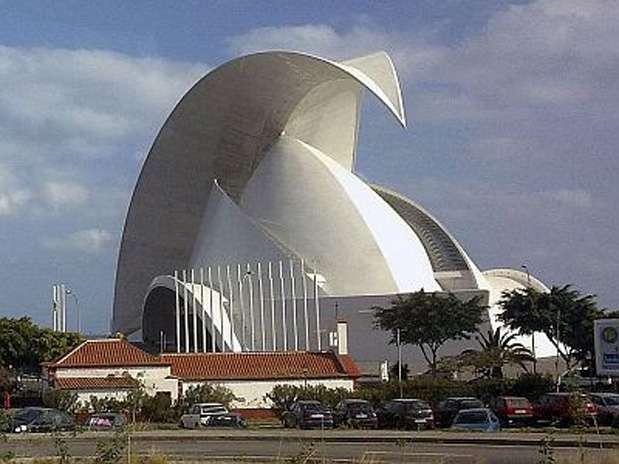 Auditório de Tenerife (Espanha): o auditório de Tenerife fica na capital da ilha, em Santa Cruz. A localização marítima levou muitas pessoas a comparar a obra surpreendente  de concreto com a crista de uma onda ou barbatana de uma baleia. Na verdade, parece de alguma forma, algo até mais perigoso, como a lâmina de uma adaga, ou a cauda de um escorpião. Arquitetonicamente, o auditório é uma do salão Sydney Opera House Foto: Divulgação